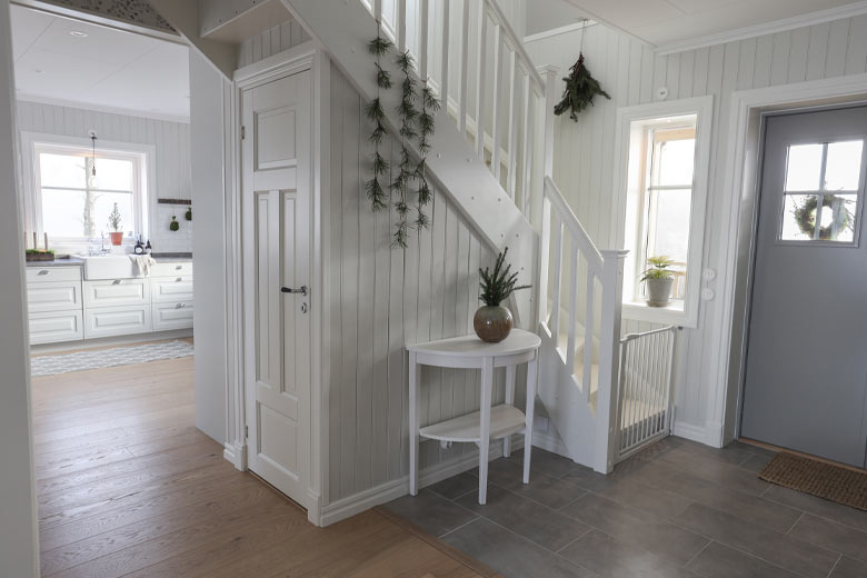 Klassisk trappa med stängd förvaring hemma hos familjen Stenseke i Vårgårda.